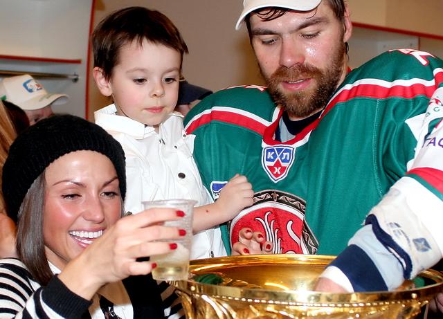 Андрей Мухачев с семьей пьют из Кубка Гагарина
