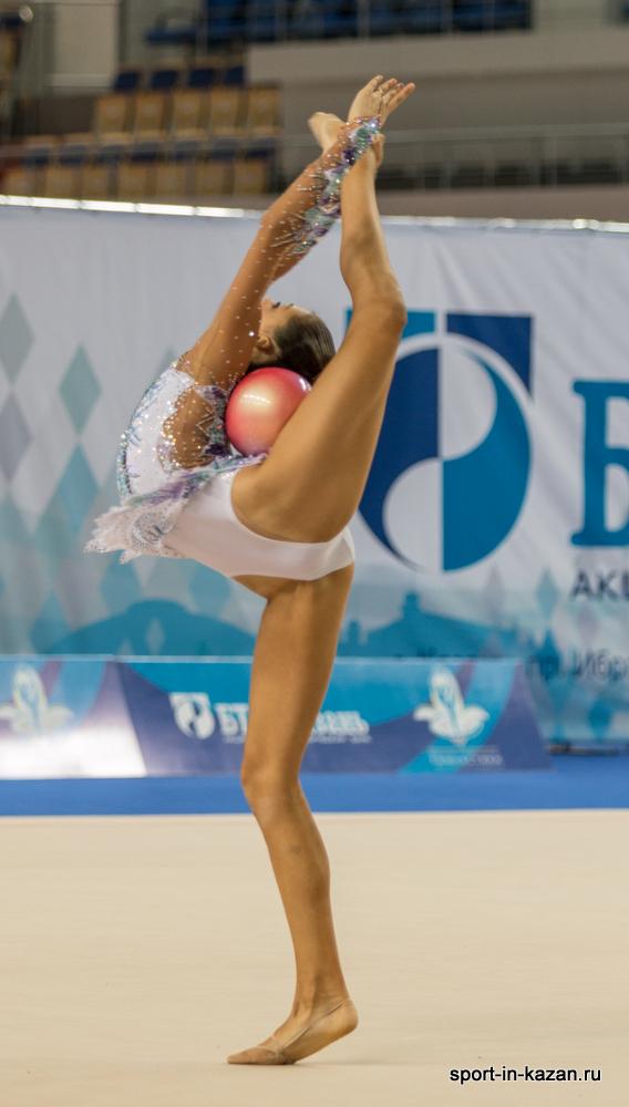 Голая гимнастка прыгает 1