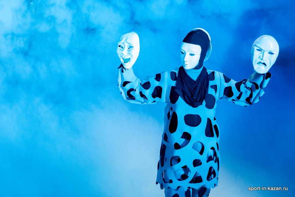 Танец с масками в тумане