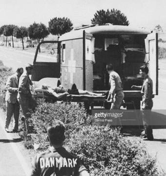 ОИ-1960 в Риме: Медслужбы оказывают помощь спортсмену.