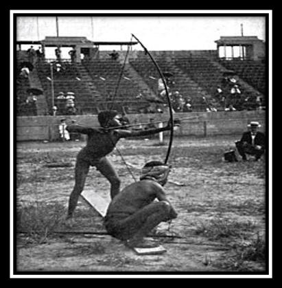 Пигмей стреляет из лука во время Антропологических дней