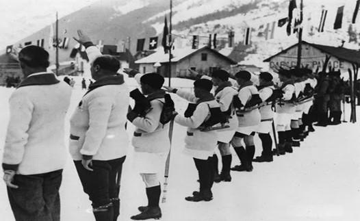На фото вы видите традиционное Олимпийское приветствие французских спортсменов, а вовсе не фашистов – сборная Германии вообще не участвовала в играх 1924-го.Кстати, в 1924-ом году не было главного символа Олимпийских игр – Огня.